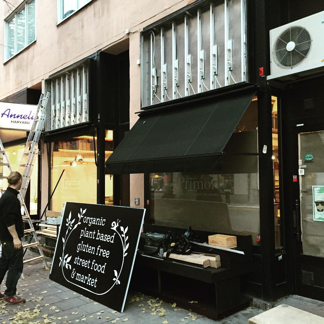 Nya fasadskyltar till Organico restaurang och butik på Timmermansgatan Södermalm  #fasadskylt #foliering #organico