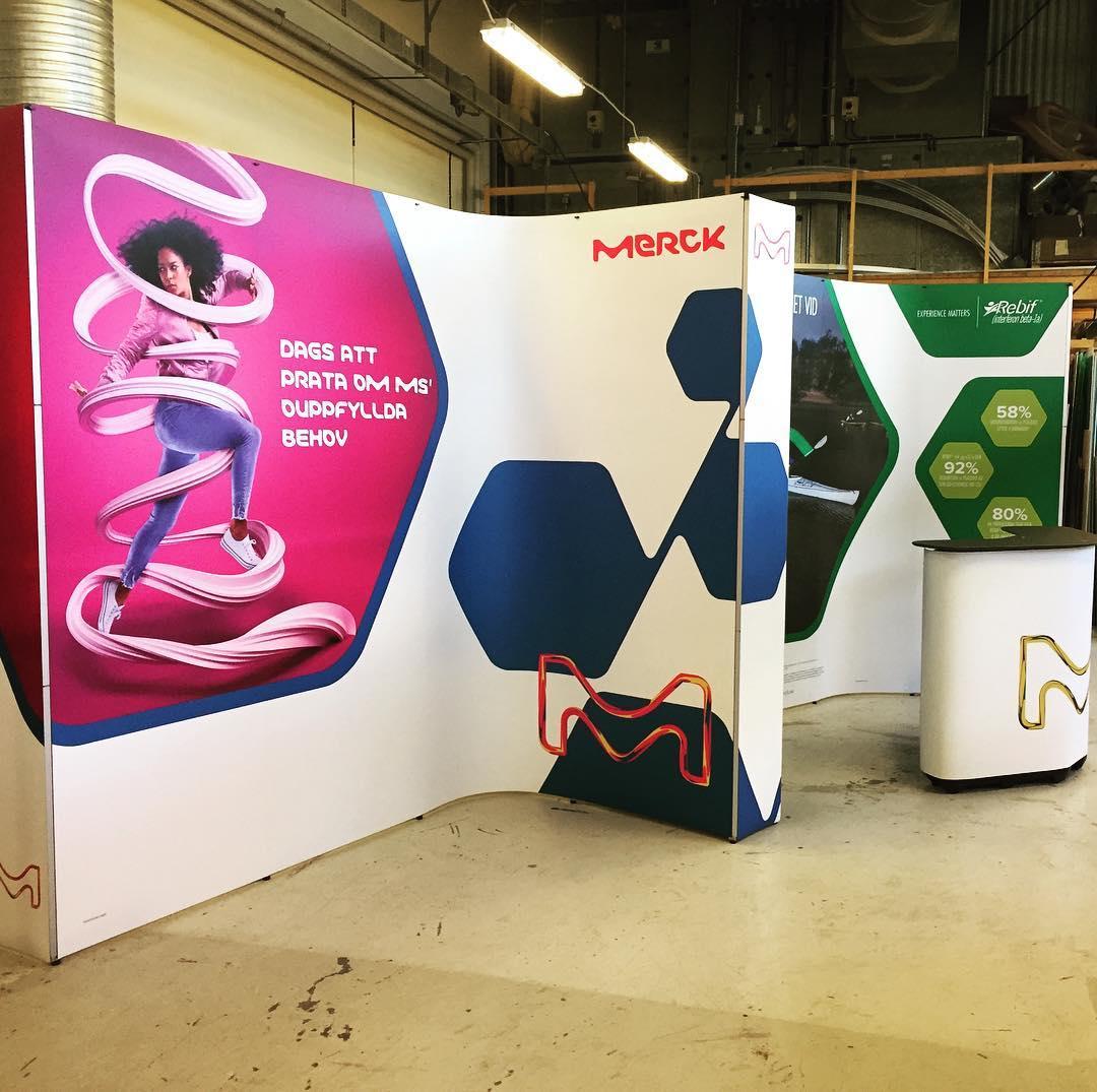 Provhängning av Mercks portabla utställning. Man smäller upp den på en kvart. Grymt enkelt system. #popup #expoimage #merck